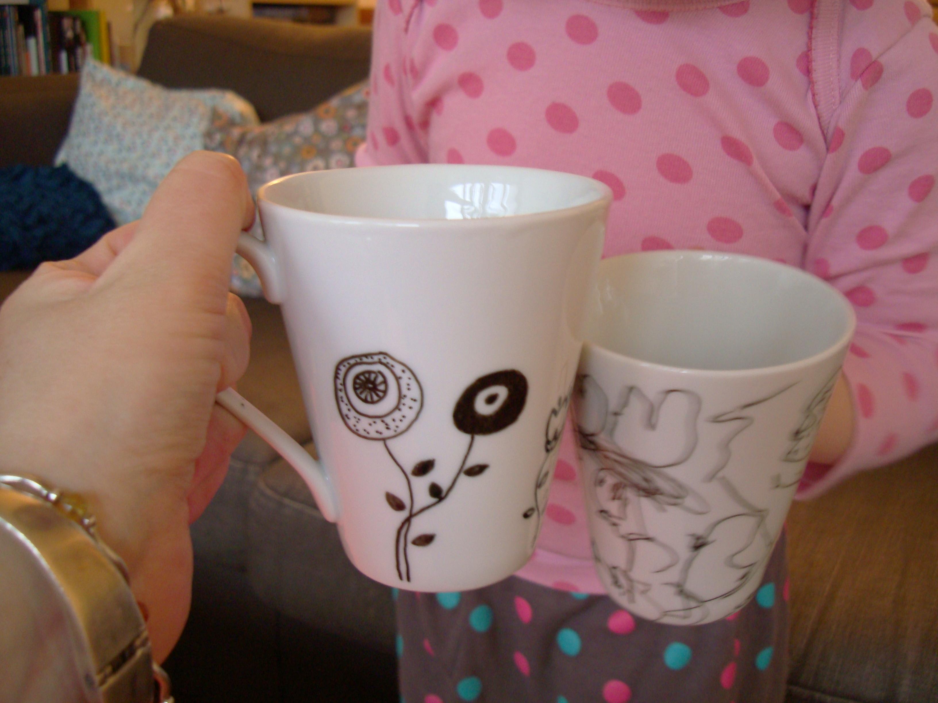 2 fille 1 tasse pleine