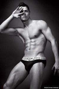 cristiano-ronaldo-pour-armani-underwear-100421_w1000